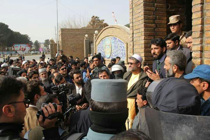 صرافان هرات در یک اعتراض خواهان برخورد جدی با عاملین جرم و جنایت شدند