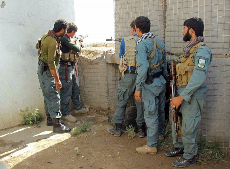 حملات پیاپی به کمربند امنیتی شهر فراه/ سه نیروی امنیتی و دو عضو طالبان کشته شدند