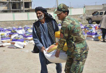 ارتش بادغیس به خانوادههای بیبضاعت، کمک غذایی کرد