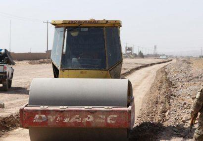 کار زیرسازی و قیرریزی جاده هرات – چشت در حال پیشرفت است