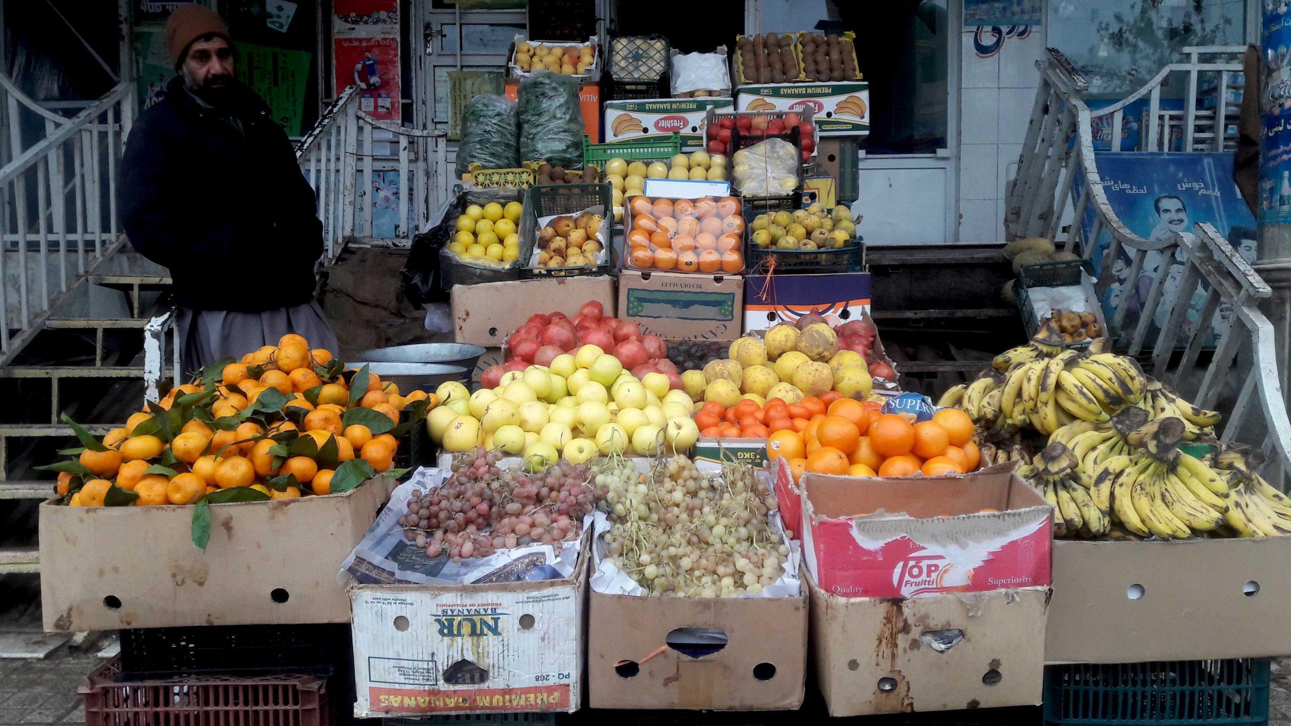 هوای سرد هرات و بازار میوههای خزانی