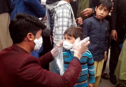 خطر کرونا و نقش همکاریهای مردمی؛ مردی در هرات ۴۰۰ ماسک رایگان توزیع کرد
