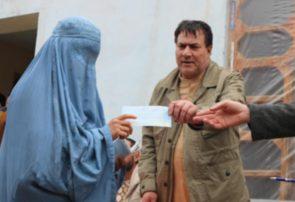 دولت به ۴۵۰ خانواده بیجا شده جنگی در بادغیس پول نقد داد