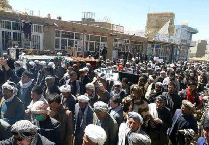 باشندگان غور طی راهپیمایی با حمل پیکرهای قربانیان مسیر کابل – غور از دولت خواهان تامین امنیت شدند