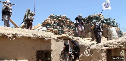 تخلیه سربازان از دو ولسوالی پشت کوه و اناره دره فراه/آتش زدن وسایل به جا مانده در این دولسوالی