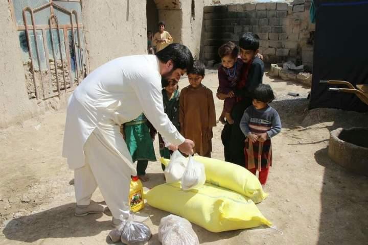 اهدایی مواد غذایی برای ۱۴۰ خانواده در ولایت فراه