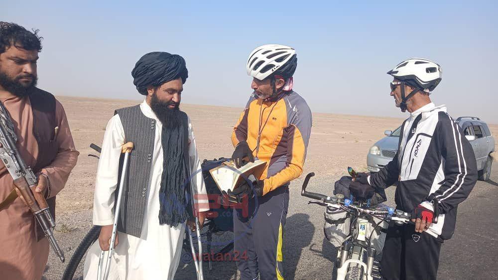 دوچرخه سواران هرات که پیام صلح و وحدت را به کابل میبرند در فراه مورد استقبال قرار گرفتند